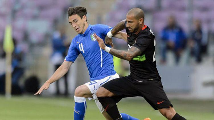 L'international italien Matteo Darmian, aux prises avec Ricardo Quaresma. (FABRICE COFFRINI / AFP)