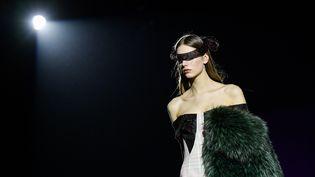 Un mannequin porte une création avec de la fourrure lors du défiléMarco De Vincenzo automne-hiver 2019-2020 à Milan en Italie, le 22 février 2019 (MARCO BERTORELLO / AFP)