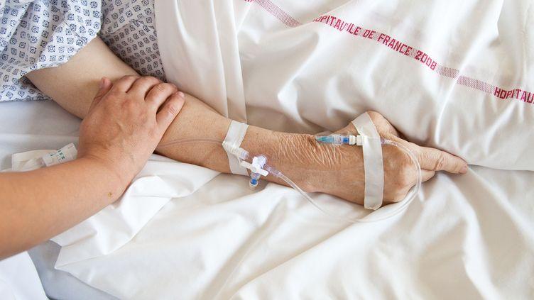 Un patient dans l'unité de soins palliatifs de l'hôpital de Puteaux (Hauts-de-Seine). (VOISIN / PHANIE / AFP)