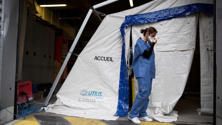 Une membre du personnel soignant de l'hôpital Henri Mondor à Créteil, le 6 mars 2020, avant d'effectuer une prise de sang à des patients présentant des symptômes du Covid-19. (THOMAS SAMSON / AFP)