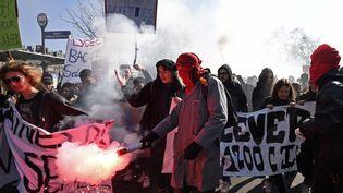 Des manifestants contre le projet de loi Travail, place de la Nation, à Paris, jeudi 17 mars 2016. (ERIC FEFERBERG / AFP)