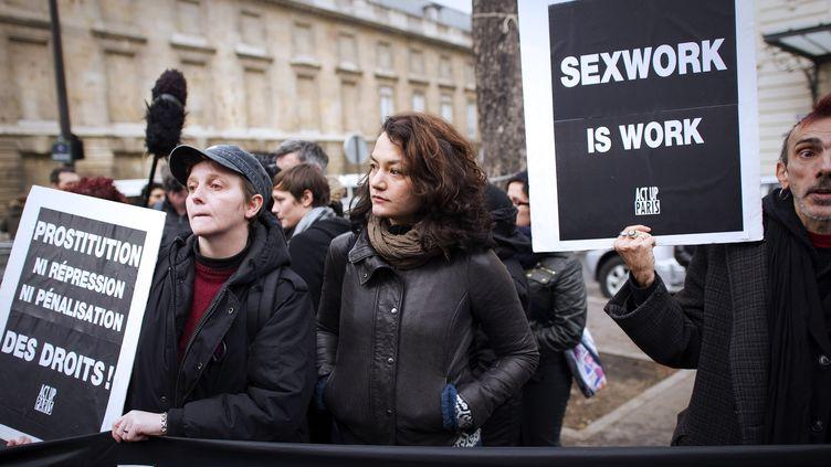 Manifestation devant l'Assemblée nationale contre la proposition de loi visant à pénaliser les clients de personnes prostituées, le 6 décembre 2011 à Paris. (LIONEL BONAVENTURE / AFP)