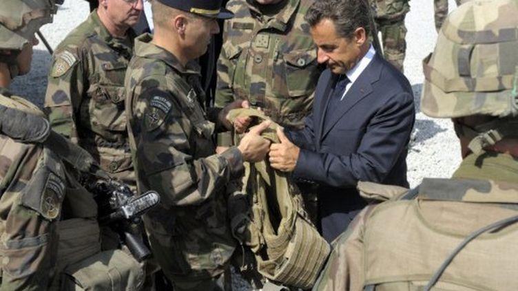 Le président français Nicolas Sarkozy rend visite aux troupes françaises du régiment d'infanterie 152e à Tora (Surobi) (AFP PHOTO / POOL / PHILIPPE WOJAZER)
