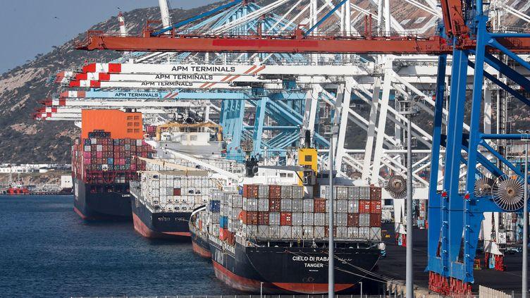 Porte-conteneurs en cours de chargement dans le port de Tanger, le 28 juin 2019. (- / AFP)