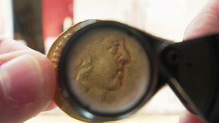 Un trésor va être mis aux enchères mercredi 29 septembre, à Angers (Maine-et-Loire). Il s'agit de 239 pièces d'or frappées sous Louis XIII et Louis XIV. Retour sur leur découverte inattendue. (CAPTURE D'ÉCRAN FRANCE 3)