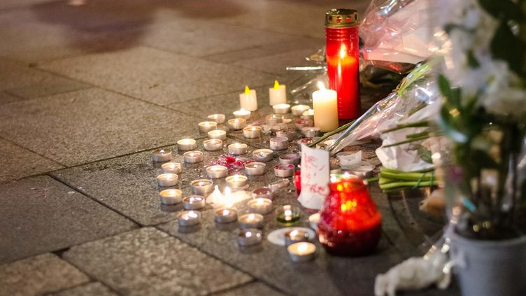 Des fleurs déposées en mémoire du policier tué sur les Champs-Elysées dans le cadre de ses fonctions, jeudi 20 avril 2017. (JULIEN MATTIA / NURPHOTO / AFP)