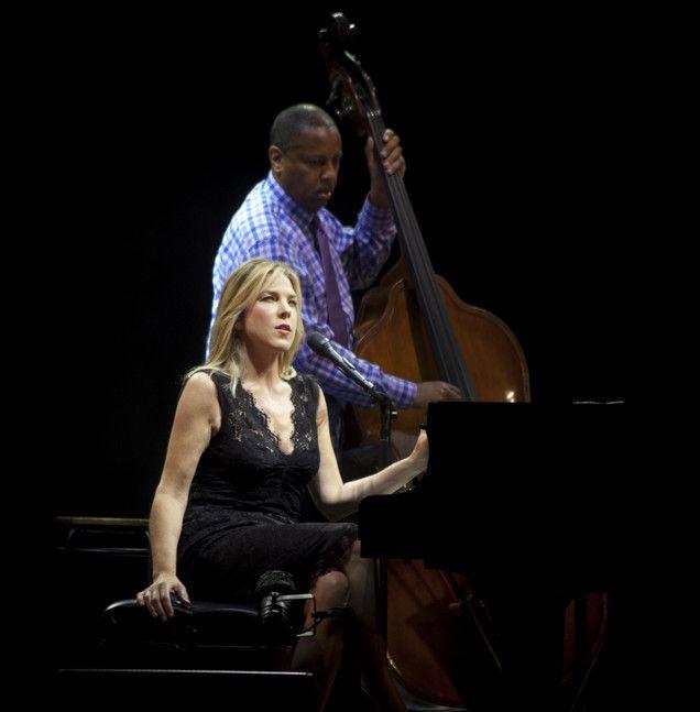 Diana Krall su la grande scène de Jazz à Vienne avec son violoncelliste  (Marion Tisserand)