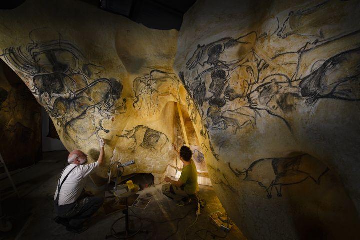 Gilles Tosello, préhistorien et peintre, reproduit une fresque dans son atelier de Toulouse (Haute-Garonne). (CHRISTOPHE LEPETIT / ONLY FRANCE / AFP)