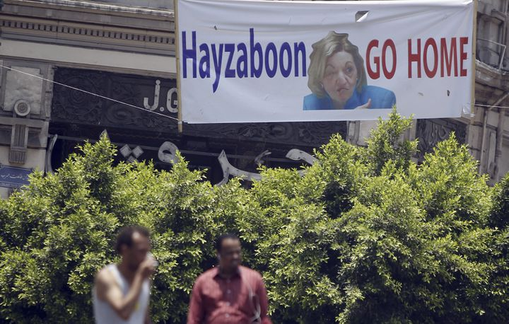 """Une banderole réclamant le départ de l'ambassadrice américaine en Egypte, le 3 juillet 2013 place Tahrir au Caire (Egypte). On peut lire la mention """"Hayzaboon"""", qui peut se traduire par """"vilaine femme"""". (AMR DALSH / REUTERS)"""
