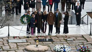 Des membres de la famille Kennedy se recueillent sur la tombe de JFK au cimetière d'Arlington, près de Washington, le 22 novembre 2013. (NICHOLAS KAMM / AFP)