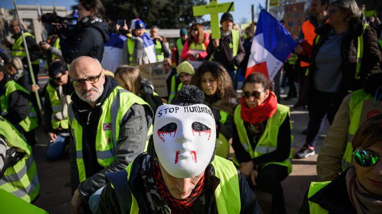 """Manifestation de """"gilets jaunes"""" français, place des Nations à Genève (Suisse) devant l'Office de l'ONU, le 20 février 2019. (FABRICE COFFRINI / AFP)"""