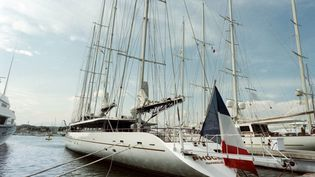 "Le bateau de Bernard Tapie, le ""Phocéa"" à Antibes (Alpes-Maritimes), le 11 juin 1996. (ALAIN FULCONIS / AFP)"