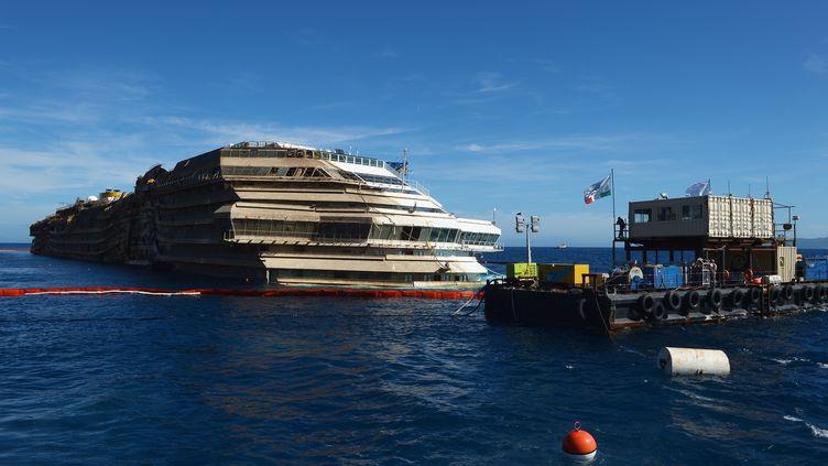 """L'épave du """"Costa Concordia"""" le 18 septembre 2013, au large de l'île du Giglio (Italie). (VINCENZO PINTO / AFP)"""