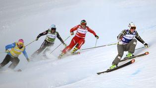 Ophélie David (2e en partant de la droite), lors de la finale des championnats du monde de skicross, à ValThorens (Savoie), le 17 janvier 2014. (PHILIPPE DESMAZES / AFP)