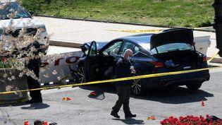 Les enquêteurs autour de la voiture qui a causé la mort d'un policier aux abords du Capitole, à Washington (Etats-Unis), le 2 avril 2021. (WIN MCNAMEE / GETTY IMAGES NORTH AMERICA / AFP)
