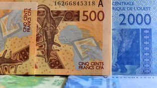 Billets de francs CFA, (Communauté financière africaine), est la monnaie de 14 pays d'Afrique de l'Ouest et centrale. Le ministre des finances, Bruno Le Maire, a assuré que la France était ouverte à une réforme ambitieuse du Franc CFA. (ISSOUF SANOGO / AFP)