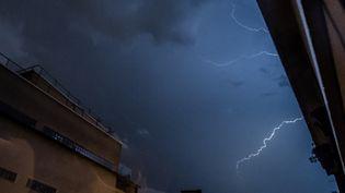 Un éclair dans le ciel de Paris, le 12 août 2020. (NICHOLAS ORCHARD / HANS LUCAS / AFP)