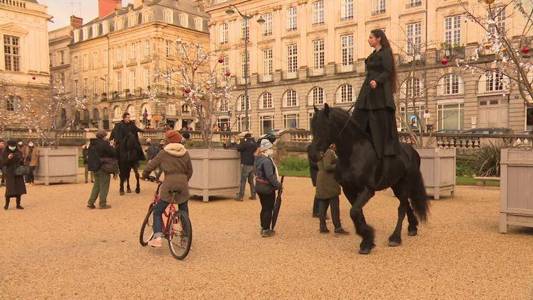 """La compagnie marseillaise du Théâtre du Centaure, invitée à se produire dans les rues de Rennes dans le cadre des """"Bulles des Tombées"""". (FRANCE 3 / Karine HANNEDOUCHE)"""