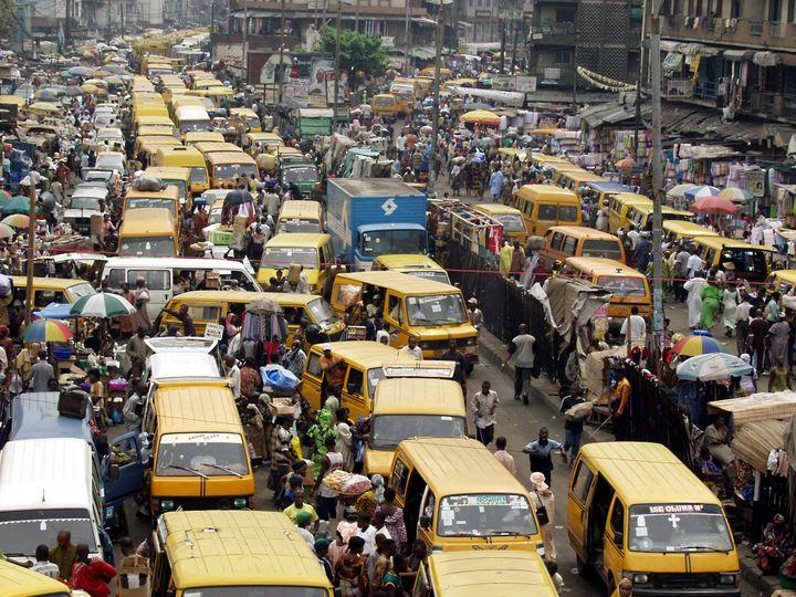 Les embouteillages permanents dans les rues de Lagos, le 22 janvier 2003. (GEORGE ESIRI / X00996)