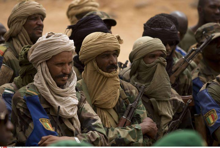 Des troupes touareg fidèles à l'armée malienne, lors de la visite d'un responsable de la Défense, le 27 juillet 2013, à Kidal, dans l'extrême-nord du pays. (REBECCA BLACKWELL / AP / SIPA)