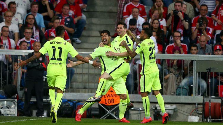 L'attaquant du FC Barcelone Neymar (de dos) célèbre son premier but avec ses coéquipiers, mardi 12 mai 2015 à Munich (Allemagne). (KIERAN MCMANUS / BACKPAGE IMAGES LTD / AFP)