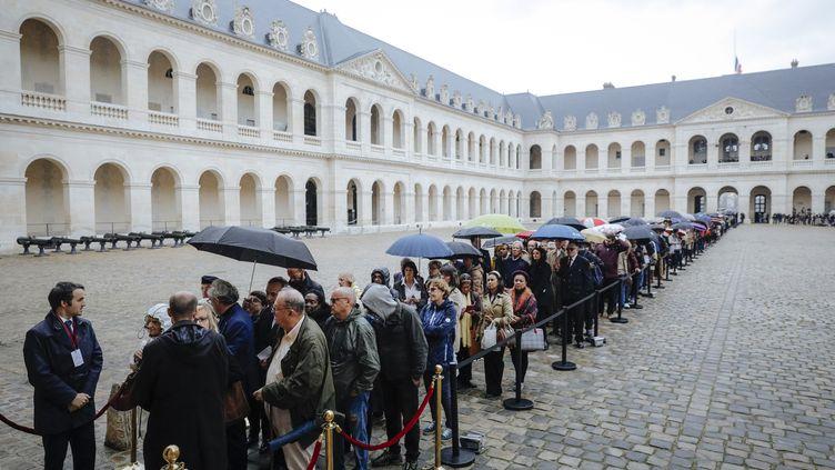 Des milliers de personnes ont fait la queue, dimanche 29 septembre, aux Invalides à Paris pour rendre hommage à Jacques Chirac. (KAMIL ZIHNIOGLU / AFP)