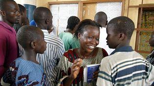 Résultats du baccalauréat au Lycée Classique de Bouaké, dans le nord de la Côte d'Ivoire. Photo prise en 2004. (GEORGES GOBET / AFP)