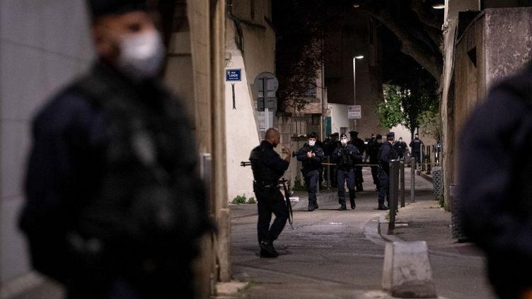 Des policiers après la mort d'Eric Masson, le 5 mai 2021 à Avignon (Vaucluse). (CLEMENT MAHOUDEAU / AFP)