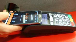 Le paiement sans contact par téléphone mobile (FRED HASLIN / MAXPPP)