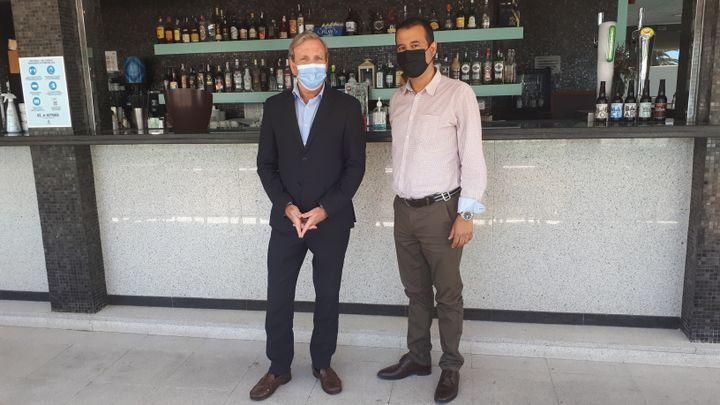 José Maria Mori, directeur de l'hôtel Calipolis et à droite Alejandro Eguia, du Gremi, le syndicat professionnel, le 14 juillet 2021. (SANDRINE ETOA-ANDEGUE / RADIO FRANCE)