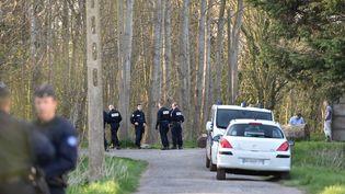 La police enquête près du lieu où le corps d'une fillette a été retrouvé, dans un bois de Calais, le 15 avril 2015. (PHILIPPE HUGUEN / AFP)