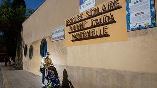 Une maman à proximité d'une école maternelle à Nice, le 1er septembre 2020. (ARIE BOTBOL / HANS LUCAS / AFP)