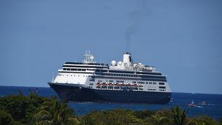 """Le navire de croisière """"Zaandam"""" au large de la Floride (Etats-Unis), le 2 avril 2020. (CHANDAN KHANNA / AFP)"""