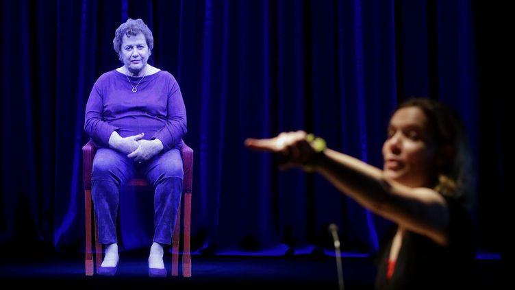 Adina Sella, survivante de la Shoah, témoigne au Musée de l'Holocaust de l'Illinois, mais elle est en hologramme.  (Joshua Lott / AFP)