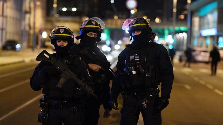 Des policiers près de l'endroit où Cherif Chekkat a été abattu, le 13 décembre 2018 à Strasbourg. (ALAIN JOCARD / AFP)