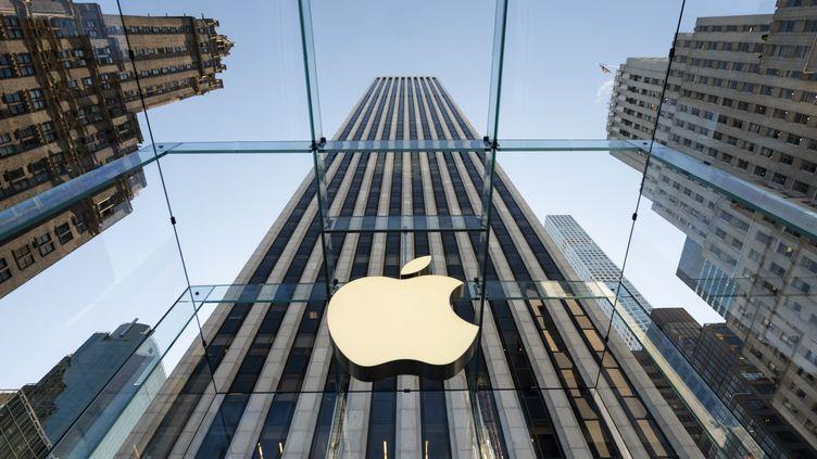 Le logo d'Apple sur un magasin du groupe, à New York, le 19 septembre 2019. (JOHANNES EISELE / AFP)