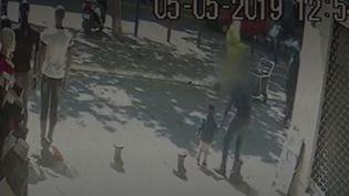France 3 a pu se procurer les images de vidéosurveillance d'un commerce situé à proximité du lieu de l'enlèvement d'un petit garçon à Marseille (Bouches-du-Rhône). Après le lancement du dispositif alerte enlèvement, il a été retrouvé sain et sauf. (FRANCE 3)