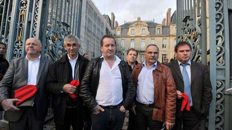 François Helias, Jean-Pierre Le Mat, Thierry Merret, Claude Rault, Franck Nicolas et le maire de Carhaix Christian Troadec posent le 5 novembre 2013 devant la préfecturede Rennes, (FRANK PERRY / AFP)