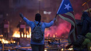 Un manifestant tient un drapeau indépendantiste catalan à Barcelone (Espagne), lors d'une manifestation le 18 octobre 2019. (ISIDRE GARCIA PUNTI / NURPHOTO / AFP)
