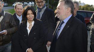 L'ex-candidate à la primaire socialiste à Marseille, Samia Ghali, et le président du conseil général des Bouches-du-Rhône, Jean-Noël Guérini, le 14 novembre 2013 dans les quartiers nord de Marseille. (MAXPPP)