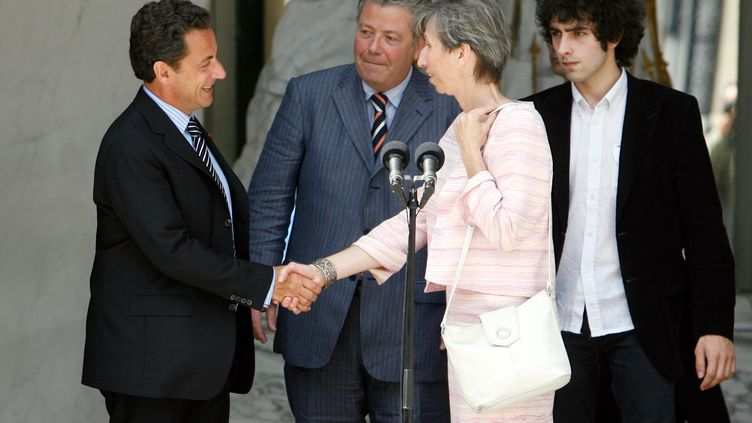 Nicolas Sarkozy et la veuve du juge Borrel, Elisabeth Borrel, au palais de l'Elysée, à Paris, le 16 juin 2007. (OLIVIER LABAN-MATTEI / AFP)