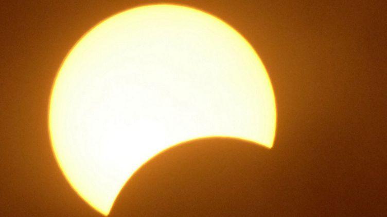 Une éclipse solaire partielle, le 29 mars 2006 à Ajaccio (Corse-du-Sud). (STEPHAN AGOSTINI / AFP)