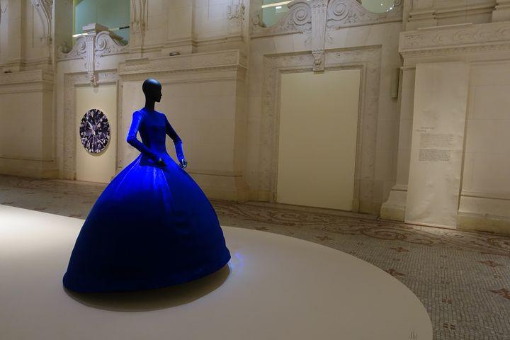 ExpositionLuxesau Mad: robe en panne de velours collection printemps-été 2020 du créateur Demna Gvasalia pour Balenciaga (CORINNE JEAMMET)