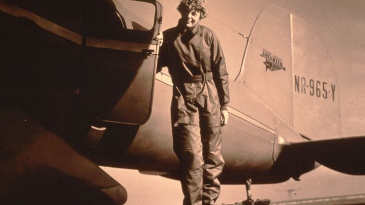 Amelia Earhart devant son avion. L'aviatrice a disparu en 1937 (GETTY IMAGES)