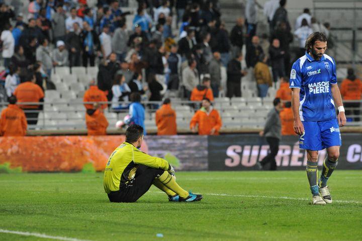 La détresse des Auxerrois, relégués en L2 après leur défaite à Marseille 3-0, le 13 mai 2012. (VALLAURI NICOLAS / MAXPPP)