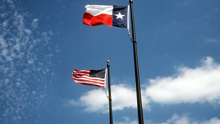 Un drapeau américain et un drapeau texan. (WILLY MATHEISL / DPA / AFP)