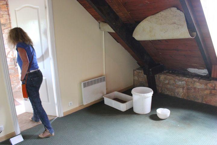 Fuite d'eau et moquette abîmée : il reste de gros travaux à affectuer dans certaines chambres. (CLEMENT PARROT / FRANCETV INFO)