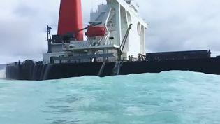 De l'huile épaisse qui envahit les plages, c'est l'image terrifiante qu'on découvert les habitants de l'ile Maurice. Un navire japonais échoué sur les récifs déverse désormais des hydrocarbures en mer. La France va apporter son aide. (France 3)