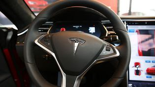 Un véhicule Tesla chez un concessionnaire de la marque, à New York (Etats-Unis), le 5 juin 2016. (SPENCER PLATT / GETTY IMAGES NORTH AMERICA / AFP)