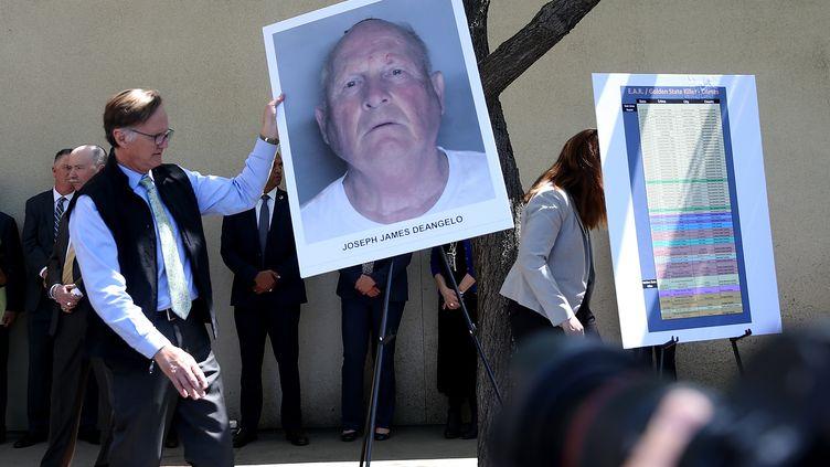 """Les enquêteurs installent une photo de Joseph James DeAngelo, suspecté d'être le """"tueur du Golden State"""" et arrêté, lors d'une conférence de presse le 25 avril 2018. (JUSTIN SULLIVAN / AFP)"""